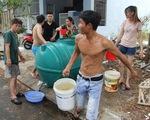 Trường học đóng cửa, xe quân đội tiếp nước cho dân