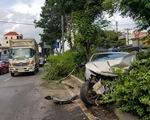 Xe 4 chỗ mất lái băng ngang quốc lộ 1, biến dạng khi tông xe tải