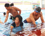 Hàng trăm giáo viên đi học bơi, kỹ năng chống đuối nước trước năm học mới