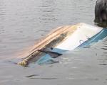 Video: Sà lan gần 2000 tấn tông sập cầu cảng, nhấn chìm ca nô