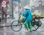 Mưa bão vẫn ráng mưu sinh ở Hà Nội