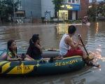 Khu đô thị ở Hà Nội ngập sâu, dân chèo thuyền