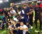 Khoảnh khắc Mbappe đùa giỡn đẩy Neymar khiến CĐV