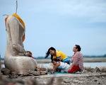 Ngôi chùa 20 năm chìm dưới nước bất ngờ hiện ra vì... hạn hán