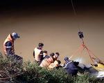 Taxi chở 3 người lao xuống sông trong đêm, một người chết, một mất tích