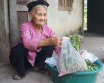 Cụ bà 83 tuổi có 11 người con, tự đạp xe lên xã xin… thoát nghèo