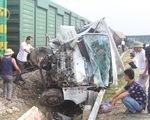 Nghẹt thở cứu tài xế mắc kẹt sau vụ tàu hàng đâm xe tải