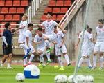 Tuyển Việt Nam làm quen mặt sân Thammasat trước trận gặp Thái Lan