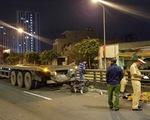 Chạy xe máy lên cầu vượt Tân Thới Hiệp, người đàn ông bị xe container cán chết