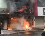 Giải cứu người phụ nữ kẹt trên tầng thượng căn nhà đang cháy ở TP.HCM
