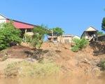 Sạt lở nghiêm trọng sau lũ, nhiều nhà có nguy cơ chìm xuống sông