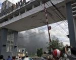 Khói mù trời Khu công nghiệp Bình Hòa vì cháy công ty sản xuất mùng, mền