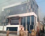 Cháy lớn ở Ấn Độ, lính cứu hỏa cũng bị mắc kẹt