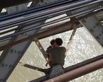 Cha khóc ôm con nhỏ 7 tháng định nhảy cầu Long Biên