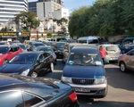 Xe cộ ùn ứ tại trạm kiểm định vì nhiều người mua ôtô đi chơi Tết