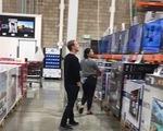 Tỉ phú Mark Zuckerberg cùng vợ đi mua tivi giảm giá