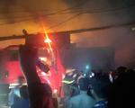 Cháy lớn xưởng gỗ ở Hóc Môn, nhiều tài sản bị thiêu rụi