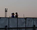 Không được vào sân, cổ động viên xem U23 Việt Nam tập qua rào chắn