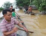 Anh Ái và chiếc ghe nhỏ giúp người làng ven sông trong nước lũ