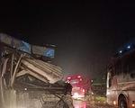 Cố qua mặt xe container, xe giường nằm gây tai nạn liên hoàn