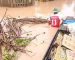 Mang hàng cứu trợ dân làng bị nước lũ vây suốt 4 ngày ở Quảng Trị