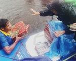 Chèo sup tiếp hàng cứu trợ bà con cô lập trong lũ