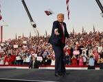 Ông Trump nhảy múa, ném khẩu trang, đòi hôn người ủng hộ khi vận động bầu cử ở Florida