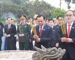 Đại biểu dự Đại hội Đảng bộ TP.HCM dâng hoa tưởng niệm Bác Hồ và anh hùng liệt sĩ