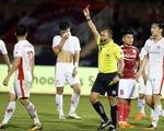 Thẻ đỏ nhầm hi hữu của trọng tài chính trận TP.HCM - Viettel