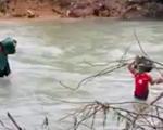 Thót tim cảnh bộ đội vượt nước xiết vào cứu dân