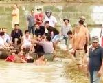 Hai nữ sinh qua cầu trượt chân rơi xuống nước, một em chết đuối