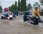 Công an, dân phòng Cần Thơ ra đường đẩy xe giúp dân