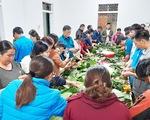 Bà con Nghệ An nấu bánh chưng gửi vô vùng lũ Hà Tĩnh, Quảng Bình