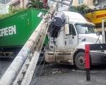 Xe container kéo sập trụ điện, gần 500 nhà dân cúp điện