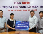 ĐH Công nghiệp TP.HCM trao 500 triệu đồng ủng hộ bà con vùng lũ