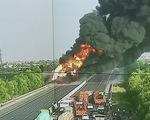 Xe bồn bốc cháy dữ dội giữa cao tốc Hà Nội - Hải Phòng