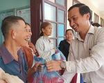 Trao tặng sữa đến người dân vùng lũ Quảng Nam