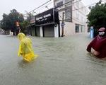 Mưa trắng trời, đường phố như sông, người dân Hà Tĩnh nháo nhào di tản