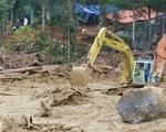 Gùi gạo băng rừng cứu trợ gần 3.000 người dân bị cô lập