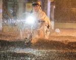 Mưa lớn đường Sài Gòn mênh mông dậy sóng, dân đắp đê ngăn nước