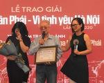 Gia đình thay mặt Phú Quang nhận Giải thưởng Lớn