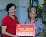Phu nhân nguyên chủ tịch nước Trương Tấn Sang trao quà cho người nghèo Quảng Ngãi