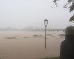 Mưa như trút nước suốt cả buổi chiều, Huế ngập nặng