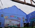 Gió bão tốc mái hàng loạt trường học, nhà dân ở Huế