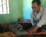 Ông bí thư huyện Mấu Văn Phi chạy xe máy cà tàng khám bệnh cho bà con