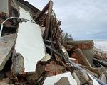 Sau bão, villa, nhà hàng dọc biển Hội An bị sóng đánh toác, sụp đổ