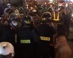 Bị giữ xe vì lỗi nồng độ cồn, người vi phạm phản ứng cảnh sát, gây náo loạn trên đường