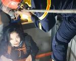 Giải cứu cô gái mắc kẹt trong thang máy bị rơi