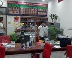 Một kẻ bịt mặt, cầm hung khí xông vào ngân hàng hô to