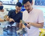 Nửa đêm, hàng trăm khách hàng trẻ đi mua iPhone 12